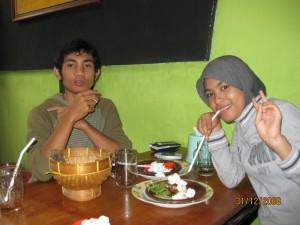 Makan malam bersama teman